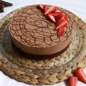 Schokomousse-Torte mit Erdbeeren
