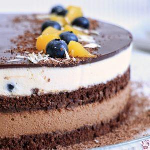 Schokomousse-Torte mit Pfirsich und Heidelbeeren