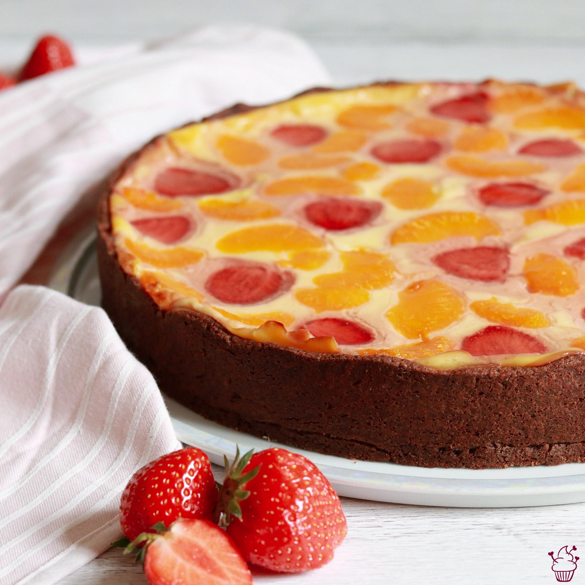 Vanille-Schmand-Kuchen mit Schokoboden und Früchten